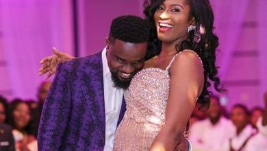 Photo of Sarkodie insults Tweep who accused his Wife of Bleaching