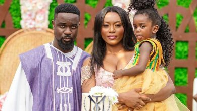 Photo of Photos & Video: Sarkodie and Tracy arrives in Ghana with a Newborn Baby