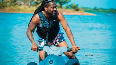 samini akye 1 390x220 - Samini - Akye360 (Official Video)